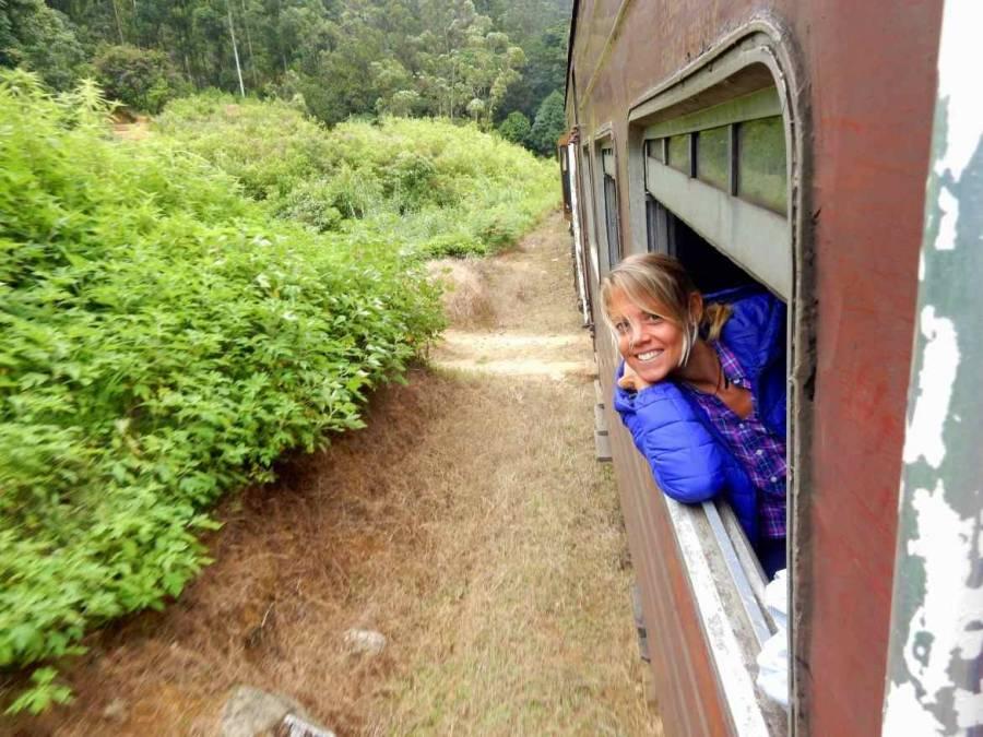 Sri Lanka | Sri Lanka | Karin genießt den Fahrtwind auf der Zugfahrt durchs Hochland indem sie fröhlich mit dem Kopf aus dem geöffneten Fenster hängt