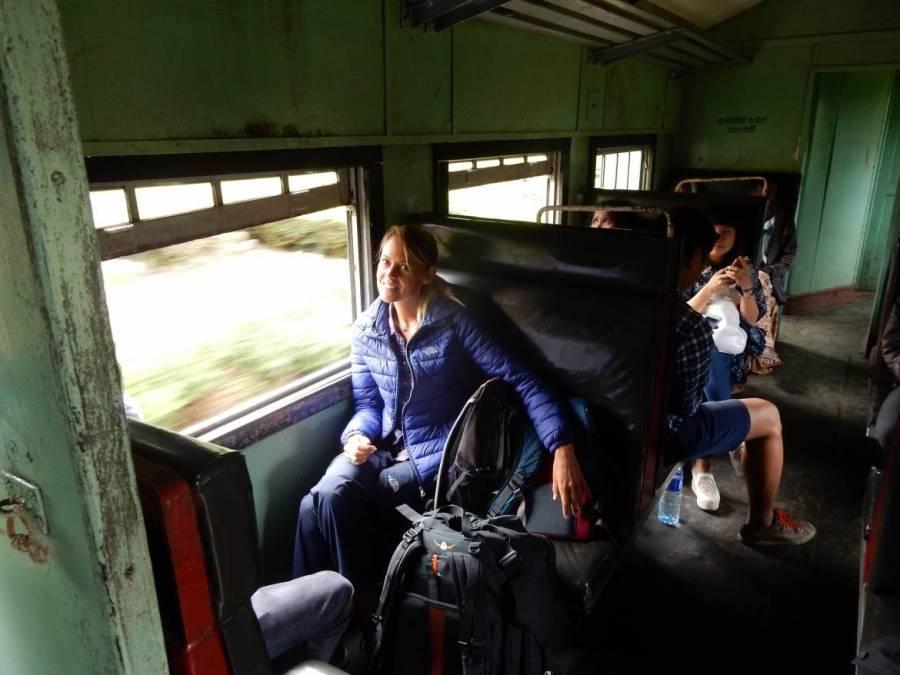Tipps zum Zug fahren |Blick in den sehr einfachen Wagen zweiter Klasse im Zug von Nuwara Eliya nach Haputale mit offenem Fenster