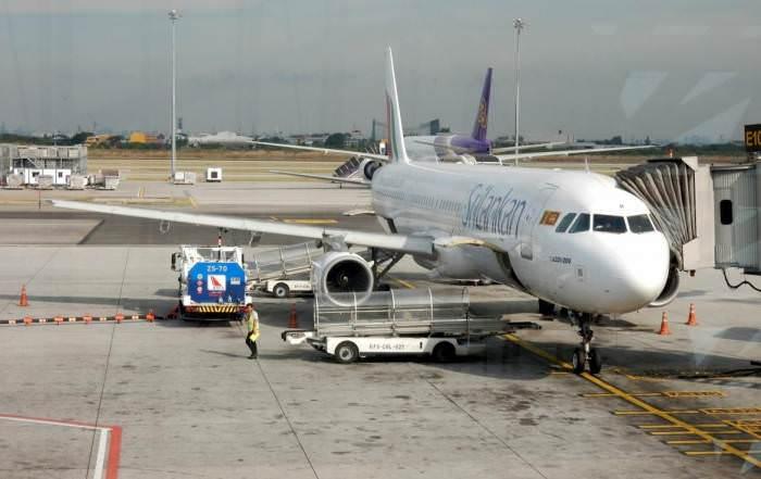 Sri Lanka | Flugzeug der SriLankan Airlines am Flughafen Colombo in Parkposition.