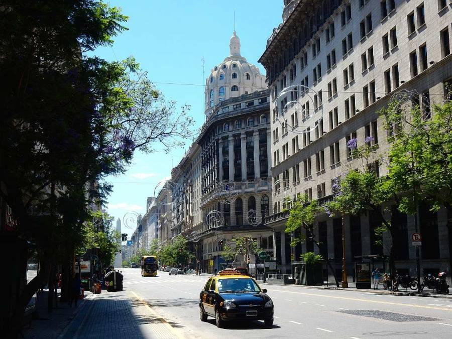 Typisches Radio Taxi in Buenos Aires vor einer malerischen Gründerzeitkulisse