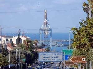 Israel | Zum Meer führende Straße mit Hafenanlagen im Hintergrund