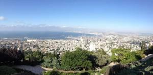 Israel | Haifa von einem Berg aus mit dem blauen Mittelmeer im Hintergrund