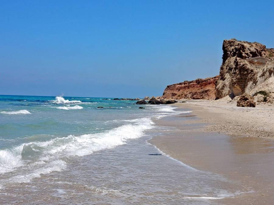 Israel | Einsamer Strand vor dem hellblauen Mittelmeer