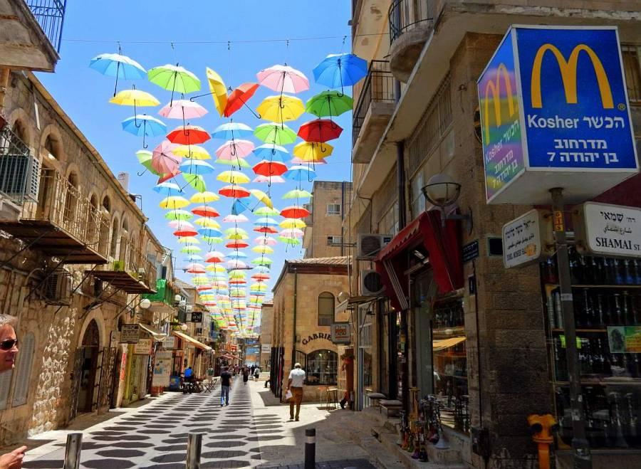 Jerusalem | interessante Orte: Hunderte bunter Regenschirm hängen über der Ben Yehuda Street in West-Jerusalem zum Sonnenschutz