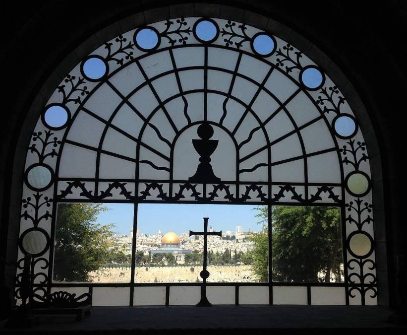 Jerusalem | Sehenswürdigkeiten: Interessante Orte für Fotos der Altstadt gibt es viele, der vermutlich Schönste ist der Innenraum von Dominus Flevit. Durch das kunstvolle halbrunde Fenster sieht man die Altstadt