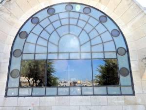 Jerusalem | Am halbrunden Fenster spiegelt sich die Altstadt mit der goldenen Kuppel vom Felsendom