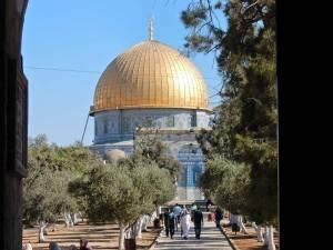 Jerusalem | Sehenswürdigkeiten: Blick durch einen Torbogen auf die goldenen Kuppel vom Felsendom