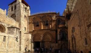 Jerusalem | Sehenswürdigkeiten: Mittelalterlich anmutender Innenhof und der unscheinbare Eingang zur berühmten, riesigen Grabeskirche