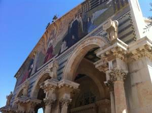 Jerusalem | Sehenswürdigkeiten: Die Kirche der Nationen mit ihrem bunten Eingangsportal
