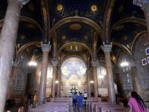Jerusalem | Sehenswürdigkeiten: Innenraum der Kirche der Nationen mit ihrer prachtvollen dunkelblauen Decke die einem Sternenhimmel gleicht