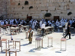 Jerusalem | Sehenswürdigkeiten: Viele Betende mit weißen und schwarzen religiösen Gewändern an der Klagemauer