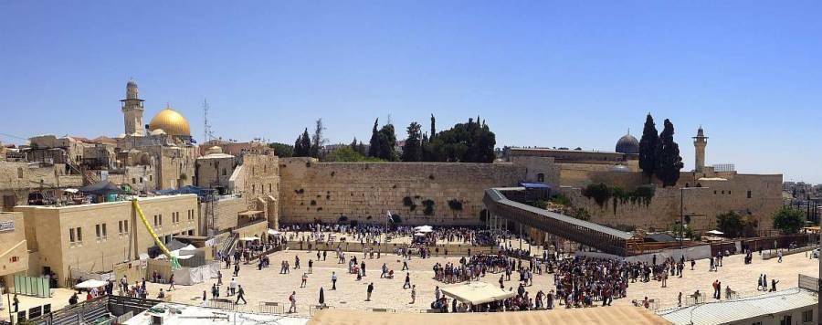 Jerusalem | Sehenswürdigkeiten: Panorama über den Tempelberg mit Felsendom, Klagemauer und al-Aqṣā-Moschee mit vielen Besuchern auf dem Vorplatz der Klagemauer