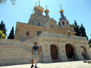 Jerusalem | Sehenswürdigkeiten: Henning mit einem Rock vor der russisch-orthodoxen Maria-Magdalena-Kirche