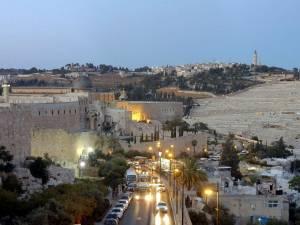 Jerusalem | Die Nacht bricht über al-Aqṣā-Moschee und Ölberg ein, orange leutende Autolichter