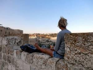 Jerusalem | interessante Orte: Karin genießt bei einem Picknick auf den Stadtmauern Picknick den Sonnenuntergang über dem Ölberg
