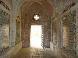Jerusalem | Sehenswürdigkeiten: Kirchenausgang mit beschrifteten Steinplatten des Vaterunser