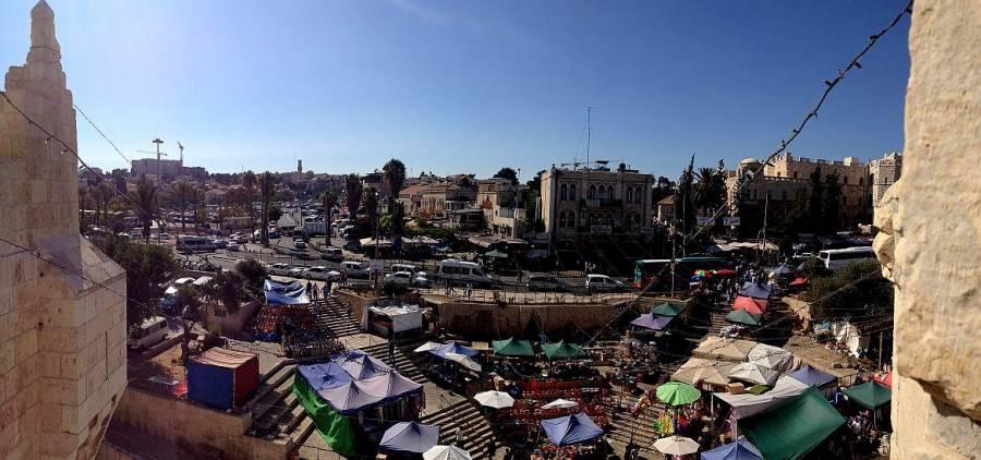 Jerusalem |Jerusalem | Weg über die Stadtmauern am Damaskustor mit Blick über Marktstände in Ost-Jerusalem