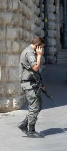 Jerusalem | Soldaten läuft telefonierend bewaffnet durch die Innenstadt. Das Bedürfnis nach Sicherheit ist sehr hoch