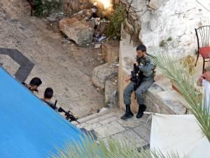 Jerusalem | Soldaten in der Altstadt bei eine Pause sorgen für Sicherheit