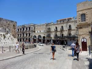 Jerusalem | Karin vor der Stadtmauer auf einem Spaziergang durch die Altstadt