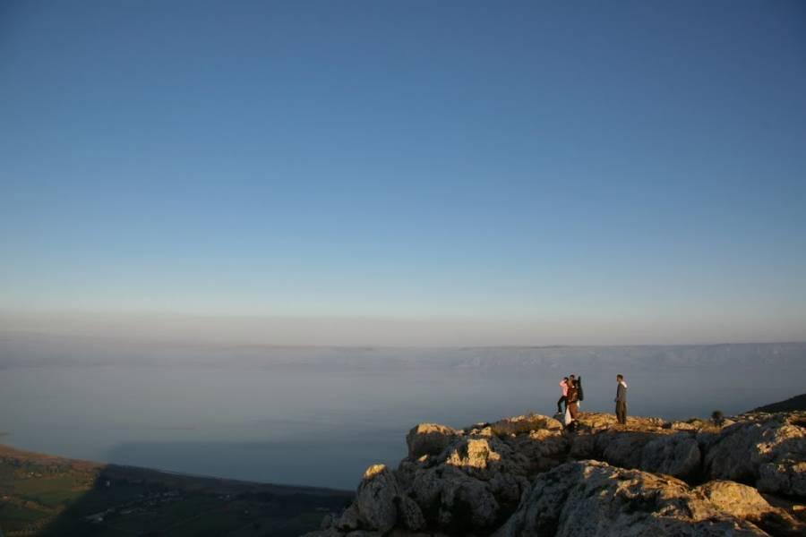 Jesus Trail | Eine Gruppe Wanderer schaut vom Berg Arbel auf den See Genezareth