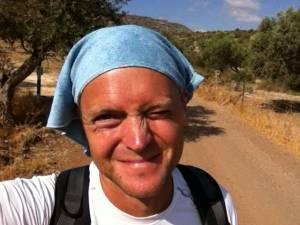 Jesus Trail | Henning mit einem blauen Microfasertuch auf dem Kopf zum Sonnenschutz