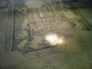 Jesus Trail | Bodenmosaik in einer Ausgrabungsstätte mit einer lächelnden Frau, die der Mona Lisa ähnelt