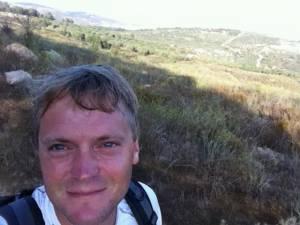 Jesus Trail | Henning verschwitzt vor einer Hügelkulisse während der Wanderung