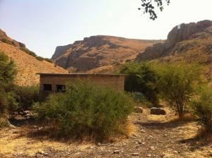Jesus Trail | Ein verlassenes Haus nahe einem ausgetrockneten Flußbett vor dem Berg Arbel