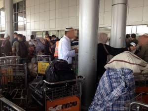 Grenze | Israel - Jordanien, Ankunft am israelischen Terminal, wo viele Menschen versuchen, ihr Gepäck im Gedränge einzuchecken