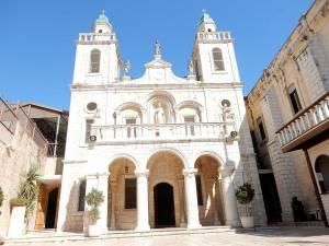 Jesus Trail | Bild einer strahlend weißen Kirchenfassade