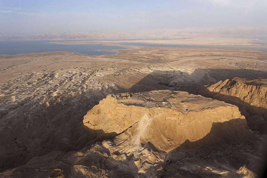 Masada | Die Festung auf dem Felsen aus der Luft aufgenommen, im Hintergrund das Tote Meer