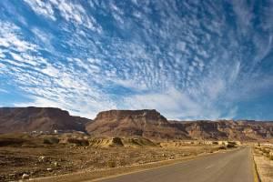 Masada | Eine Wüstenstraße führt zur auf einem Felsen gelegenen Festung