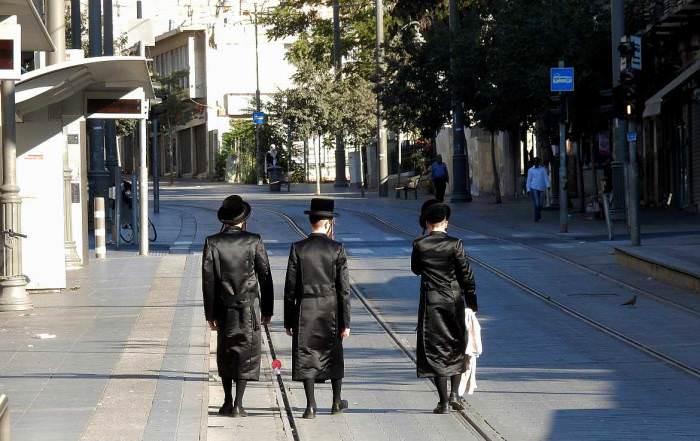Jerusalem | Drei religiöse Juden spazieren durch die Innenstadt