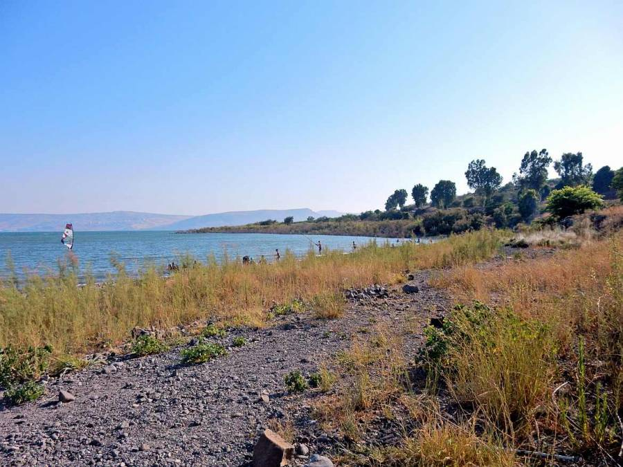Jesus Trail | Die Küste des blauen See Genezareth bei Kapernaum mit Fischern und Surfern