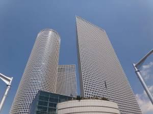 Tel Aviv | Das moderne Azrieli Center in Form von drei weißen Hochhäusern mit Shopping Center im Erdgeschoss