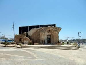 Tel Aviv | Das Etzel Museum ist ein altes Gebäude das kunstvoll mit einer modernen schwarzen Glasfassade restauriert wurde