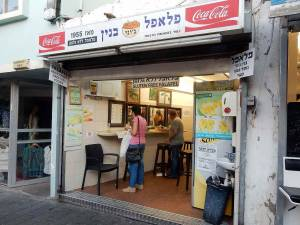 Tel Aviv | interessante Orte: Ein einfacher Falafelstand in der Stadt ähnlich einer Hinterhofgarage
