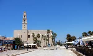 Tel Aviv | Sehenswürdigkeiten: Marktplatz in Jaffa vor der Franziskanerkirche St. Peter mit zahlreichen israelischen Flaggen