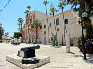 Tel Aviv | Sehenswürdigkeiten: Die wunderschöne St. Peter Kirche von Jaffa idyllisch an einem Platz der Altstadt