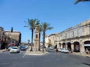 Tel Aviv | Sehenswürdigkeiten: Belebte Straße in der Altstadt von Jaffa mit Palmen vor dem Clock Tower