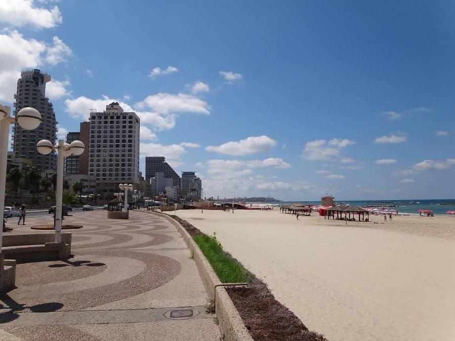 Tel Aviv | interessante Orte: Strandpromende vor den Hochhäusern der Innenstadt und dem feinsandigen Mittelmeer-Strand