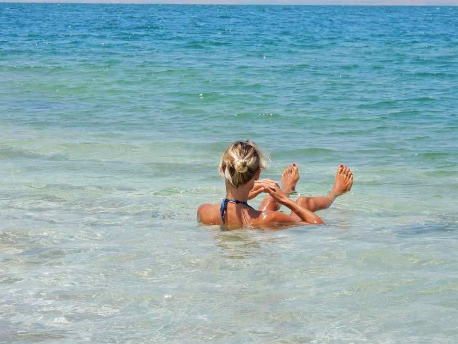 Totes Meer | Karin blickt im Meer auf den Horizont und genießt das Baden