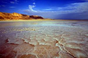 Totes Meer | Salzablagerungen am Ufer vor blauem Himmel und Bergkulisse