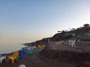 Totes Meer | Die Strände sind keine Schönheit und man sollte keinen Luxus erwarten. Ein Badestrand mit alten bunten Plastikstühlen