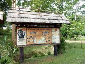 Laos | Der Eingang des Elephant Village und eine Karte mit Informationen zur Sanctuary