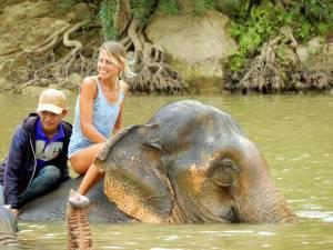 Laos | Karin und der Mahout auf dem Rücken eines Elefanten beim Baden im Nam Khan Fluss