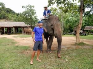 Laos | Henning steht vor seinem Elefant und strahlt vor Freude
