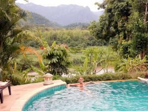 Laos | Karin im Pool des Elephant Village mit Blick auf den Nam Khan Fluss und den grünen Urwald