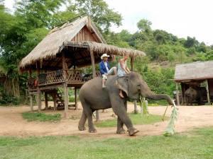Laos | Karin das erste Mal auf einem Elefanten mit Mahout